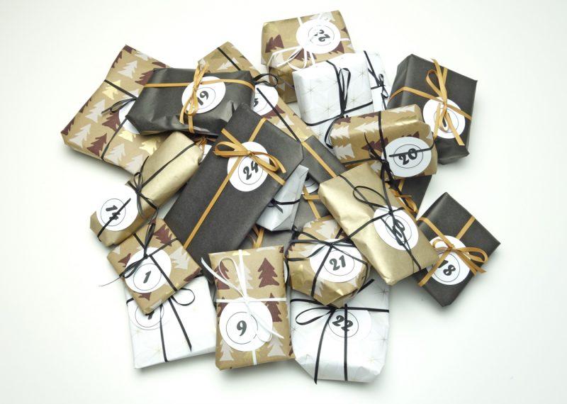 Geschenkpapier Schwarzgoldtannenweiss Quer Haufen Geschenke